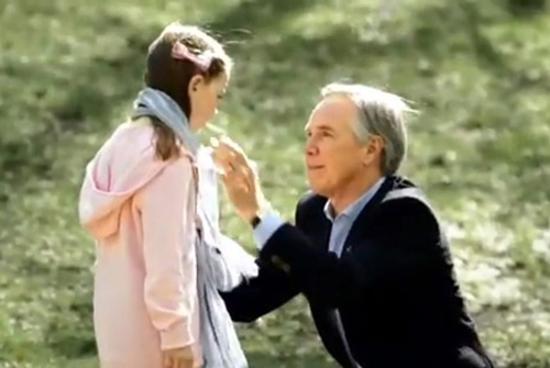 Известный дизайнер одежды и аксессуаров Томми Хилфигер вместе со своей дочерью, Кэтлин, у которой в раннем детстве была диагностирована «задержка развития», а впоследствии аутизм.