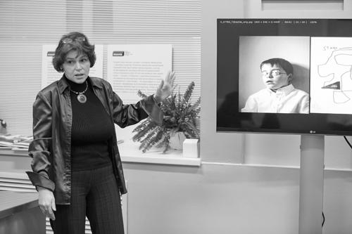 Эксперт фонда «Выход», исполнительный директор АНО «Центр проблем аутизма» Яна Золотовицкая обсуждает с журналистами известную фотосессию американского фотографа, отца ребенка-аутиста