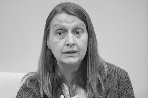 Татьяна Медведева, специалист по инклюзивному образованию, говорит с журналистами