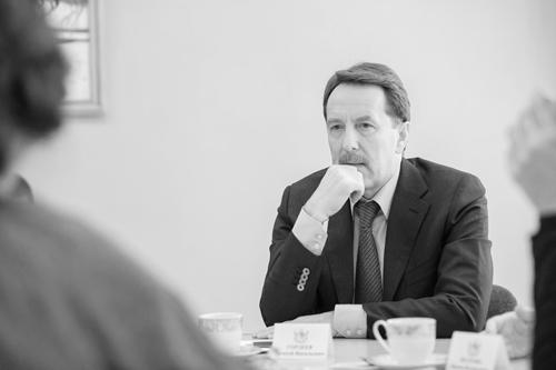 А.В. Гордеев внимательно слушает ответ Е. Мень