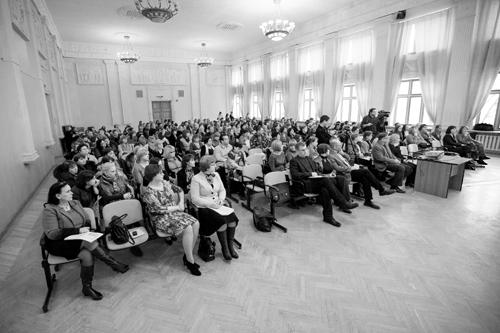 Слушатели лекции в большом зале реабилитационного центра «Парус надежды».