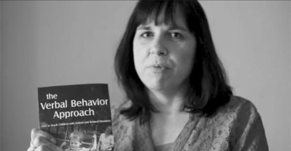 Поведенческий аналитик и мать ребенка с аутизмом, Мэри Линч Барбера, со своей книгой о вербальном-поведенческом подходе для лечения аутизма